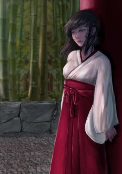 竹林のある神社で黒髪の巫女は鳥居に寄りかかり俯く